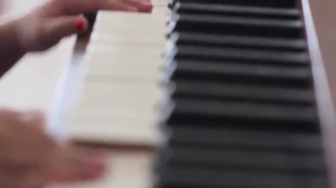 tiny piano hands (raw footage)